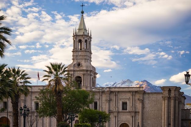 Kathedraal en vulkaan in arequipa, peru