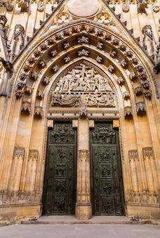 Kathedraal kerk ingang, praag, tsjechië, europa. europese stad, beroemde plaats voor reizen en toerisme