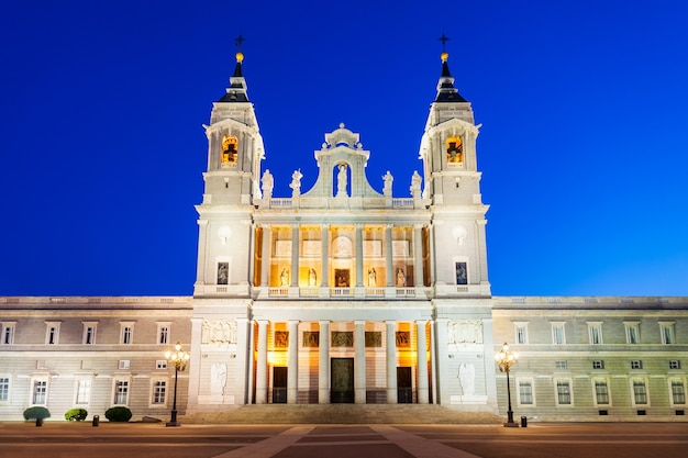 Kathedraal van almudena of santa maria la real de la almudena is een katholieke kerk in madrid, spanje