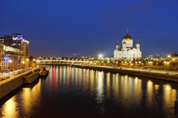 Kathedraal van christus de verlosser beroemde landschapsmening panoramisch 's nachts met prachtig licht van moskou, rusland