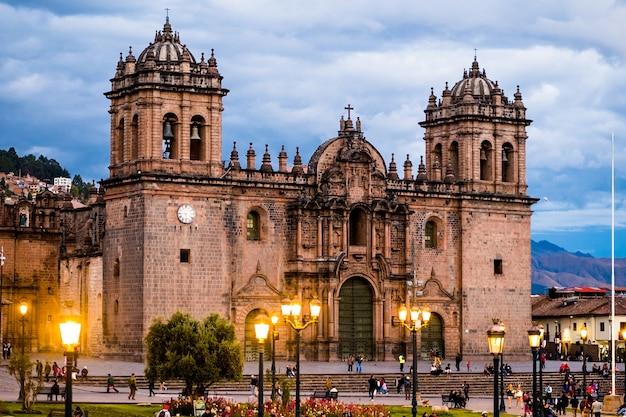 Kathedraal van cusco, peru in het licht van lantaarns