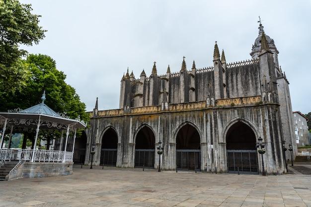 Kathedraal van de gemeente lekeitio, golf van biskaje in de cantabrische zee. baskenland