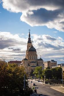 Kathedraal van de heilige aankondiging in het centrum van kharkiv
