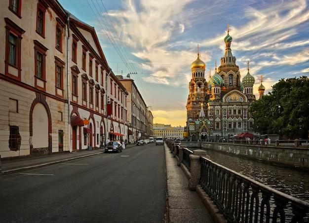 Kathedraal van de verlosser op het bloed in st. petersburg en het griboyedov-kanaal