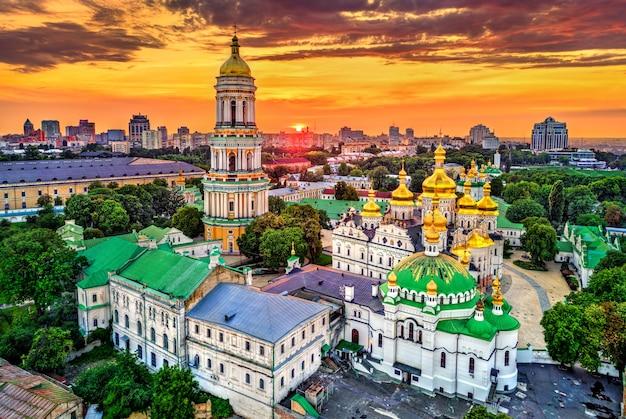 Kathedraal van dormition en de klokkentoren van pechersk lavra in kiev. unesco-werelderfgoed in oekraïne