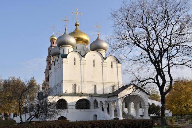 Kathedraal van onze-lieve-vrouw van smolensk (gebouwd 16e eeuw) op de plaats van het beroemde novodevichy-klooster in moskou