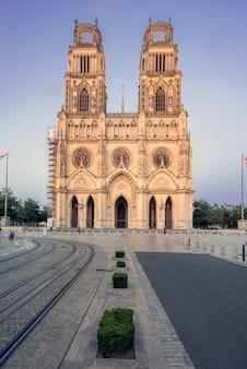 Kathedraal van orleans, frankrijk. kerk van het heilig kruis, van de katholieke eredienst onder de belangenbehartiging van het heilig kruis van orleans.