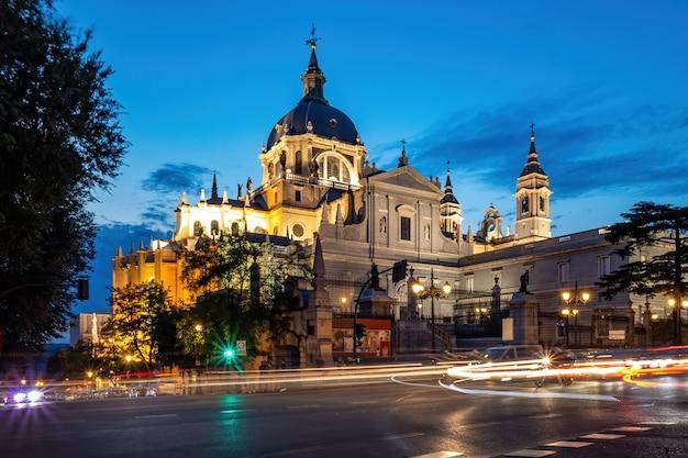 Kathedraal van saint mary in het centrum van madrid in de nacht