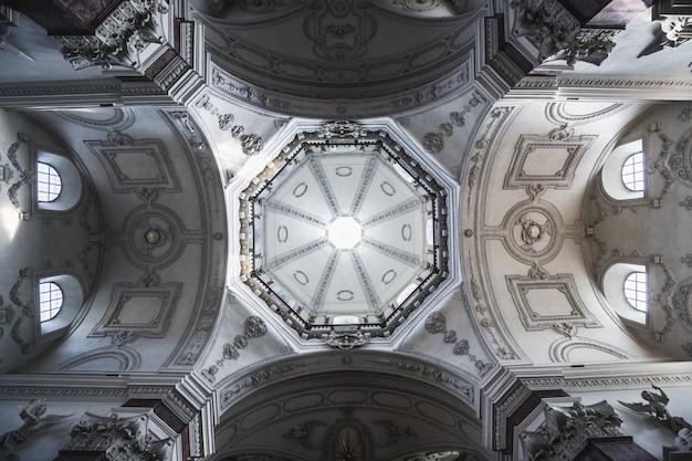 Kathedraal van salzburg of salzburger dom is de barokke rooms-katholieke kerk met wit geschilderde plafond in salzburg, oostenrijk.