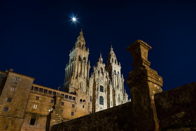 Kathedraal van santiago de compostela nachts. kopieer ruimte