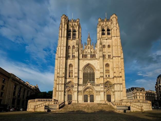 Kathedraal van sint-michiel en sint-goedele - middeleeuwse rooms-katholieke kerk in het centrum van brussel, belgië