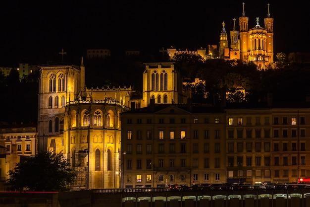 Kathedraal van st. jean en de basiliek notre dame de fourviere in lyon, frankrijk 's nachts