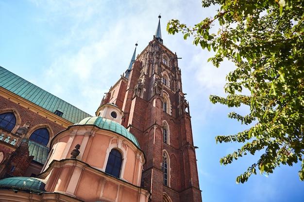 Kathedraal van st. john the baptist, op tumski eiland in wroclaw stad - een populaire toeristische bezienswaardigheid in polen