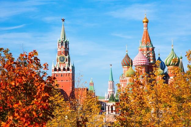Kathedraal van vasily gezegend (saint basil's cathedral) en spasskaya-toren van het kremlin van moskou