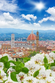 Kathedraalkerk santa maria del fiore over oude stad van florence bij de lente, italy