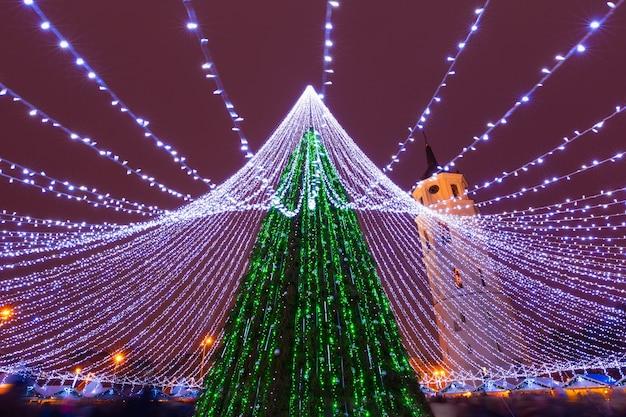 Kathedraalplein en kathedraal belfort met kerstboom en kerstverlichting 's nachts