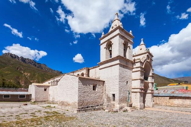 Katholieke kathedraal in chivay-stad in peru