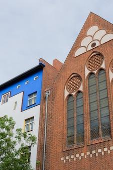 Katholische kita ss. corpus christi, gevel van huizen in de wijk prenzlauer berg in berlijn duitsland