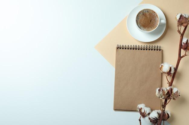 Katoen, notitieboekje en kopje koffie op twee toon