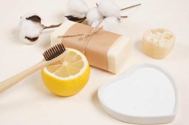 Katoenbloemcitroen, luffa, zeep en bakpoeder voor het huishouden. eco-vriendelijk levensstijlconcept, nul afval, eco-reiniging kopieerruimte bovenaanzicht