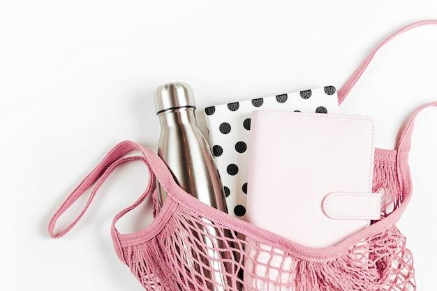 Katoenen nettas met boeken. duurzame levensstijl. milieuvriendelijk concept.