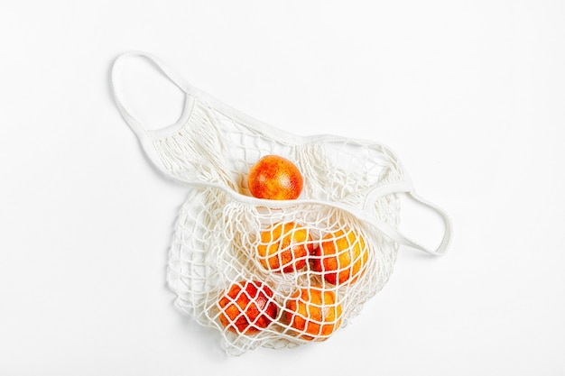 Katoenen netzak met fruit. duurzame levensstijl. milieuvriendelijk concept.