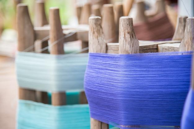 Katoenen procedure om het thaise zijde weven te maken.