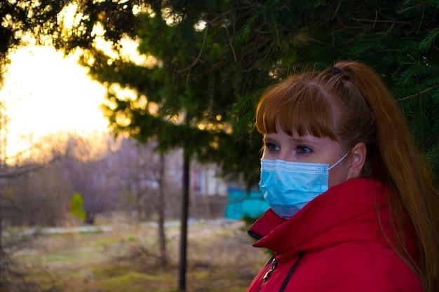 Katoenen stoffen gezichtsmaskers ademen voor de huid europese vrouw die corona-virus draagt mondbedekking loopt ...
