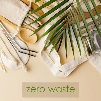 Katoenen tas, bamboe cultery, glazen pot, bamboe tandenborstels, haarborstel en rietjes op kleur, plat lag.