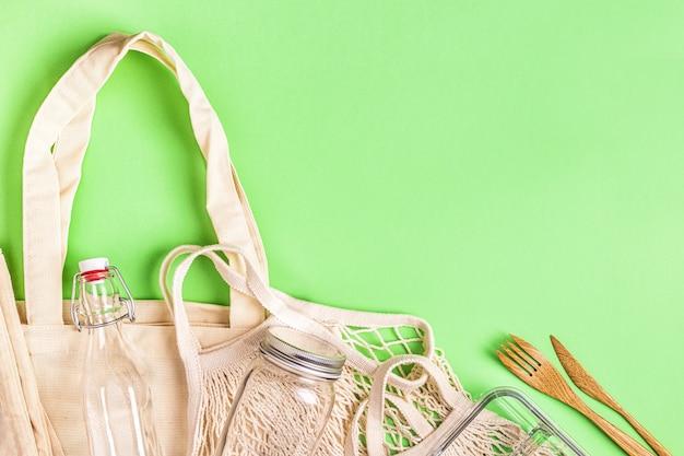 Katoenen tassen en glaswerk voor gratis plastic boodschappen. geen afvalconcept.