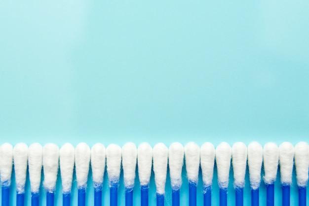 Katoenknoppen op een blauwe achtergrond