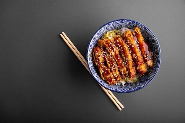 Katsudon gebakken kip met rijst in een kom