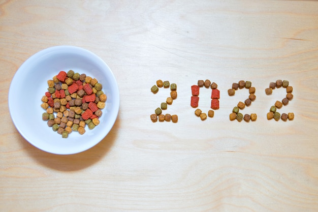 Katten- en hondenvoer en het nieuwe jaar droogvoerlabel huisdiertraktaties in