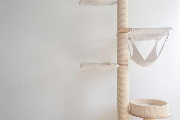 Kattenkrabpaal aan de muur gemonteerd in moderne kamer voor huisdier op witte muur stijlvolle decoratie katteneigenaar