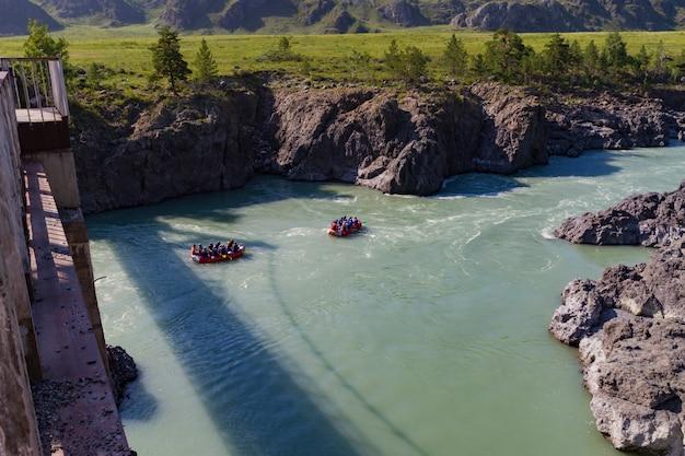 Katun-rivier raften in altai mointain