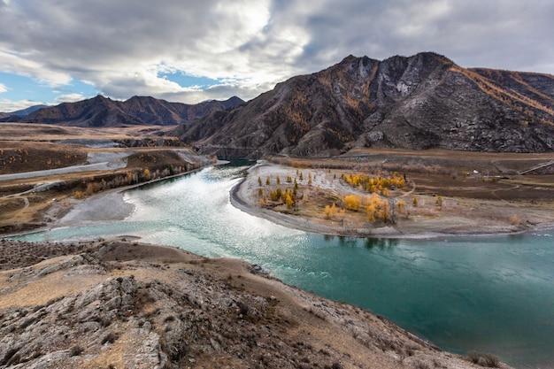 Katun riviergezichtspunt dichtbij chuya-landstreek rusland