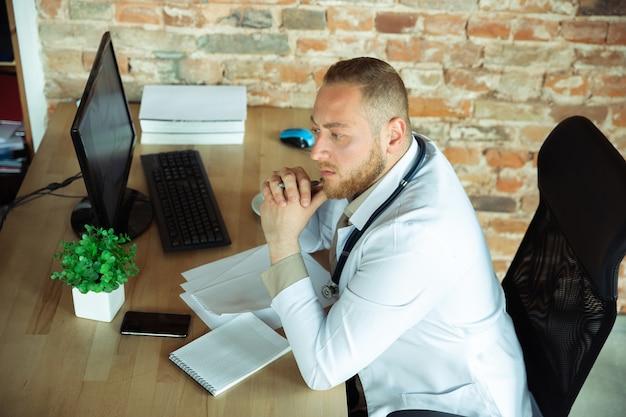Kaukasisch arts raadplegen voor patiënt die in de kast werkt