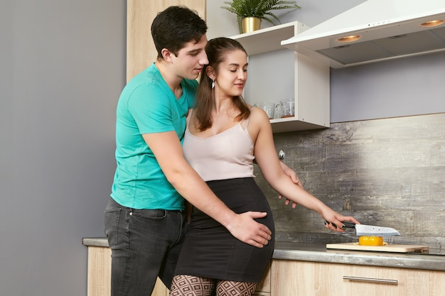 Kaukasisch echtpaar dat voedsel in de keuken voorbereidt.