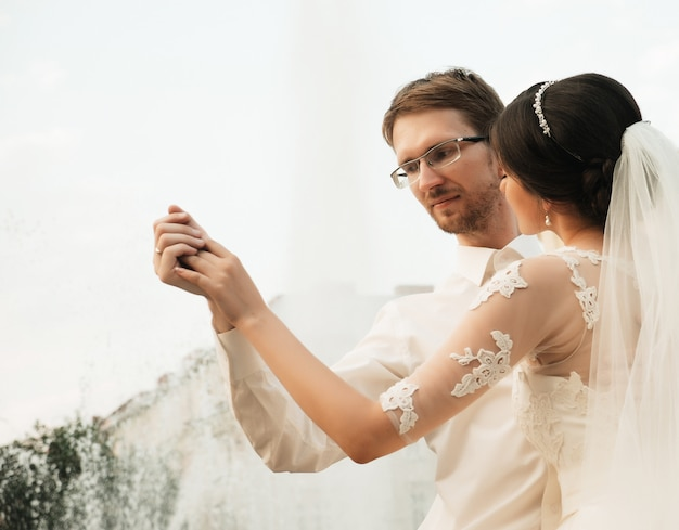 Kaukasisch gelukkig romantisch jong koppel dat hun huwelijk viert