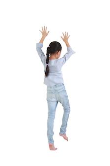Kaukasisch klein kind meisje klimmen expressie geïsoleerd op een witte achtergrond.