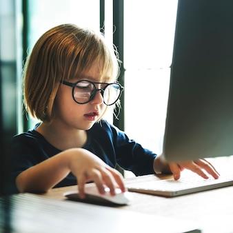 Kaukasisch meisje die computer thuis met behulp van