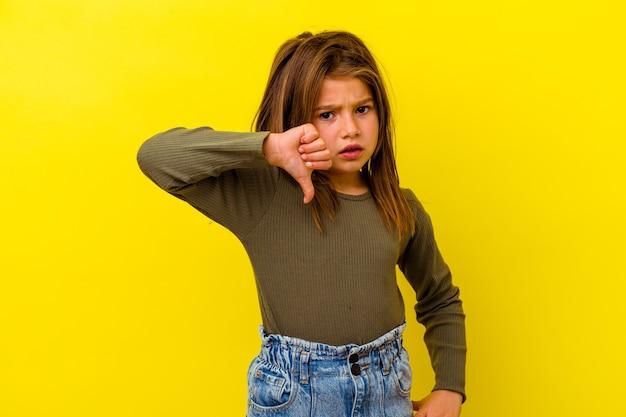 Kaukasisch meisje geïsoleerd op een gele achtergrond met duim naar beneden en het uiten van afkeer.