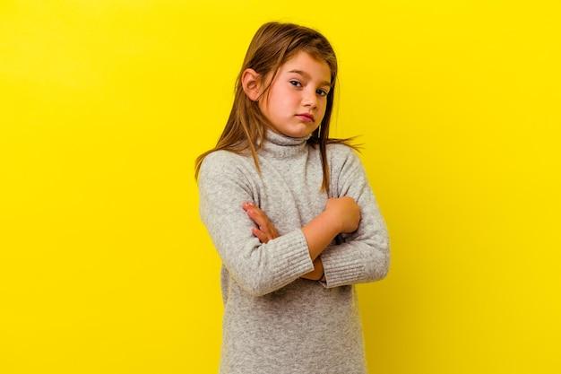 Kaukasisch meisje geïsoleerd op geel verdacht, onzeker, u onderzoekt.