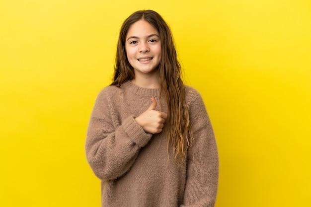 Kaukasisch meisje geïsoleerd op gele achtergrond met een duim omhoog gebaar