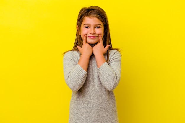 Kaukasisch meisje geïsoleerd op gele achtergrond twijfelen tussen twee opties.