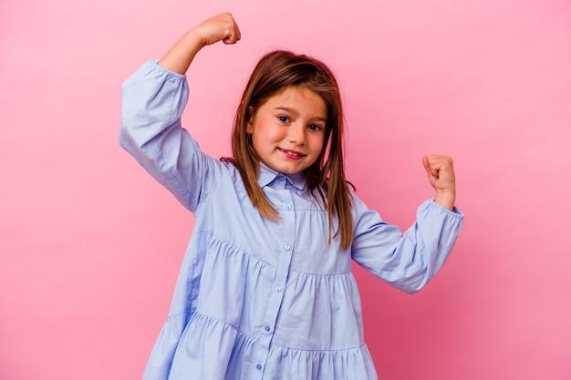 Kaukasisch meisje geïsoleerd op roze achtergrond met krachtgebaar met armen, symbool van vrouwelijke kracht