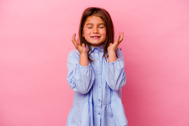 Kaukasisch meisje geïsoleerd op roze achtergrond vrolijk veel lachen. geluk concept.