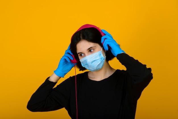 Kaukasisch meisje in blauw gekleurd beschermend gezichtsmasker.