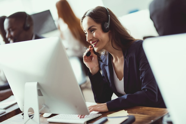 Kaukasisch meisje kijkt naar werk in het callcenter.