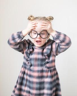 Kaukasisch meisje met ronde glazen. kleine leraar. grappige bril humor. retro stijl